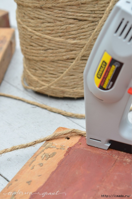 Stapling a DIY Footstool (463x700, 200Kb)