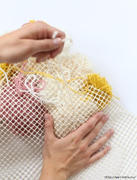 Детский пушистый мягкий коврик из ПОМПОНОВ (13) (534x700, 289Kb)