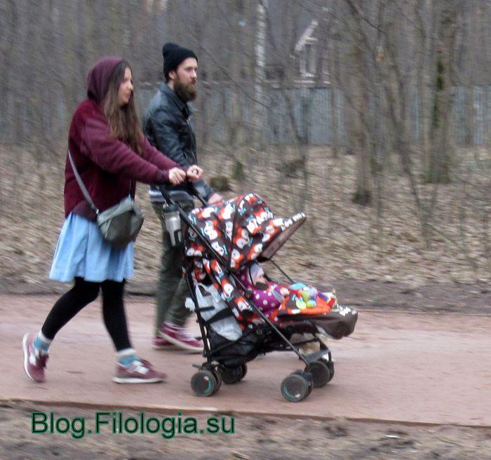 Молодая семейная пара с детской коляской в Покровском-Стрешневе (700x656, 75Kb)