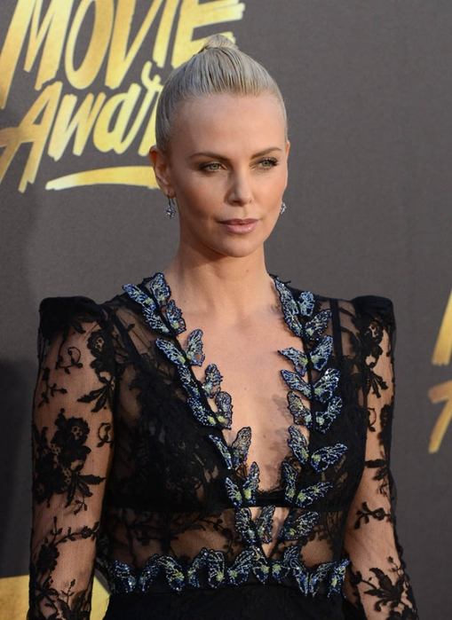 charlize-butterflies-mtv-11apr16-07 (509x700, 244Kb)