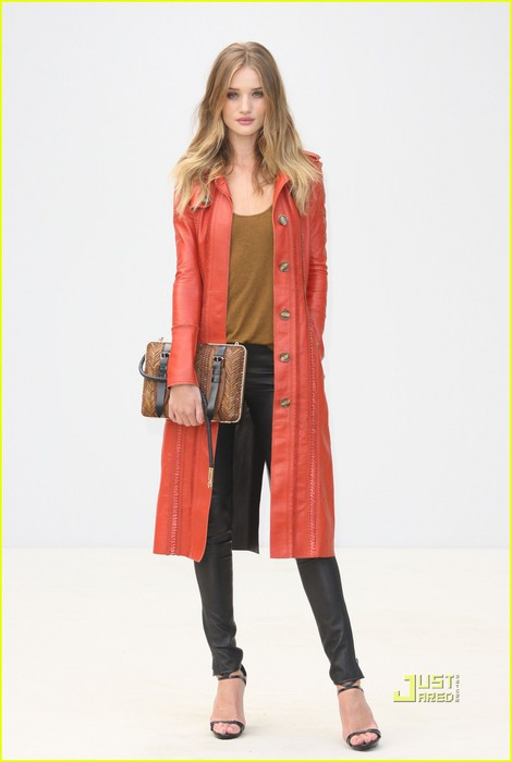 rosie-huntington-whiteley-sienna-miller-burberry-london-fashion-week-01 (470x700, 41Kb)