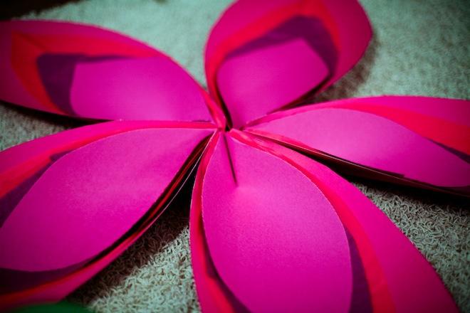 Большой цветок из гофрированной бумаги своими руками