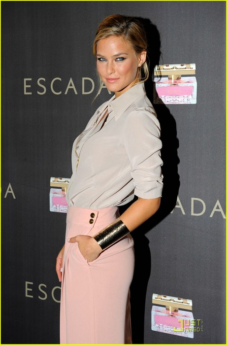 bar-refaeli-escada-launch-01 (461x700, 71Kb)