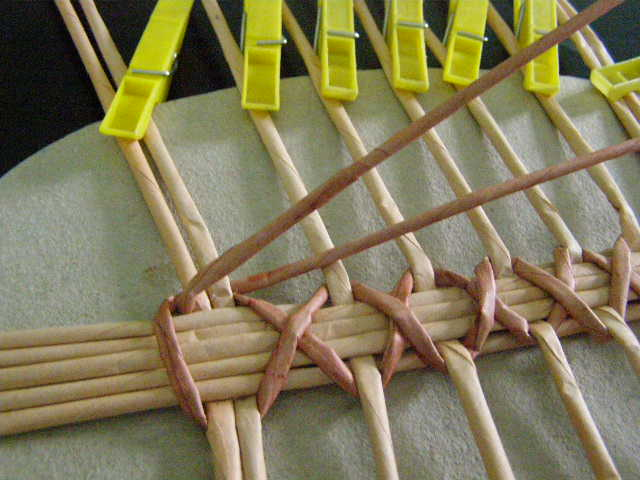 Плетение из газетных трубочек овальных крышек