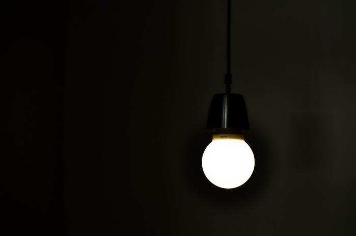 лампа в темноте