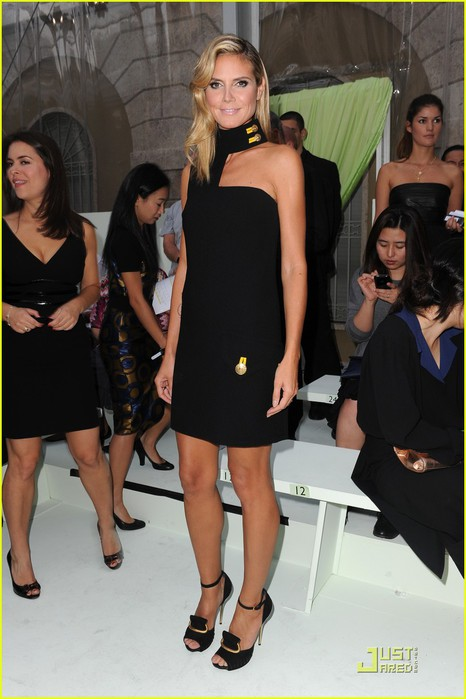 heidi-klum-versace-show-during-milan-fashion-week-08 (466x700, 76Kb)