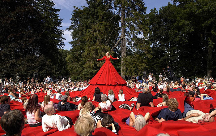 Aamu-Song-Com-pa-ny-Reddress-a-dress-for-singer-and-audience-world-premier-Louisiana-Museum-Denmark-2005 (700x439, 183Kb)