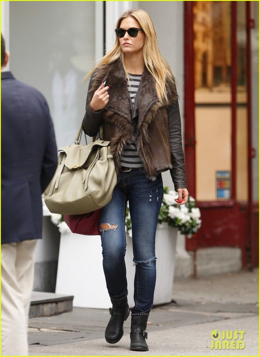 bar-refaeli-shopping-nyc-02 (509x700, 79Kb)