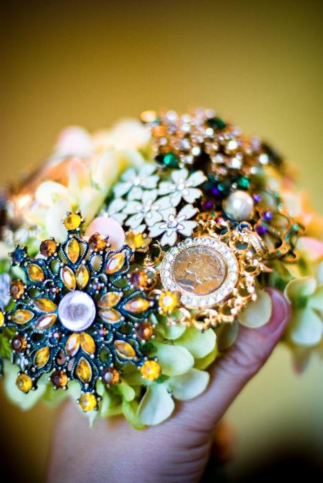 Возьмите гортензии в левую руку и вставьте украшения между цветками.  Цветы гортензии, данном случае послужат основой.