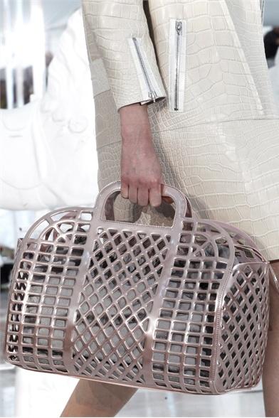 Женская сумка виттон по виду напоминает пакет