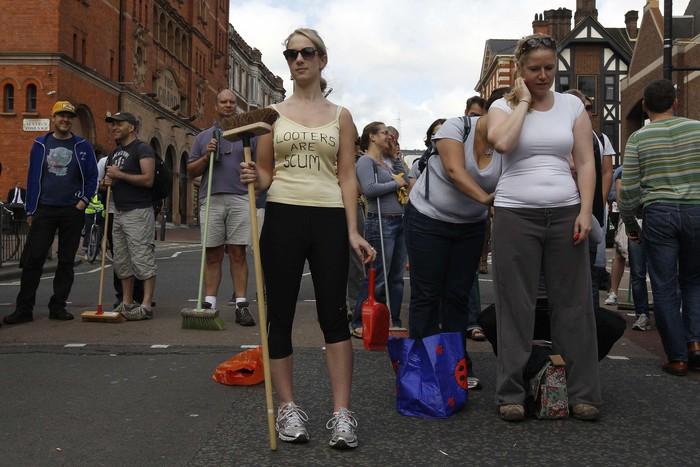 Жители Лондона_беспорядки (700x467, 96Kb)