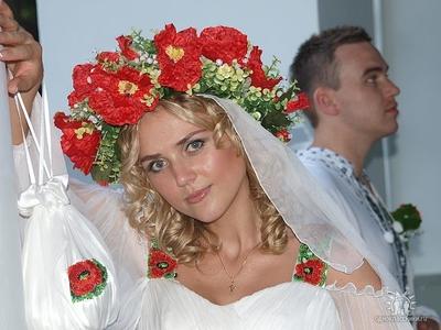 Красивая невеста с моей вышивкой.  Я вышиваю в основном бисером, а не нитками по канве.  Хотя очень люблю вышивку...
