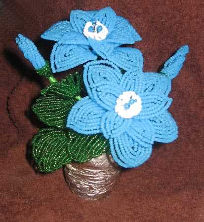 Голубые цветы из бисера