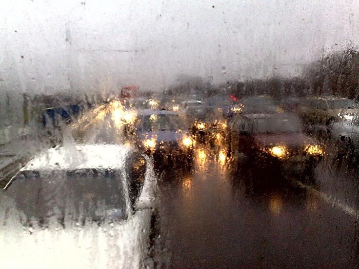 авто на мокрой дороге (700x525, 125Kb)