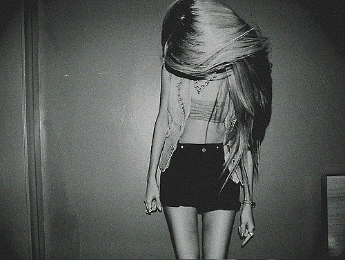 Девушки с длинными волосами черно белое фото