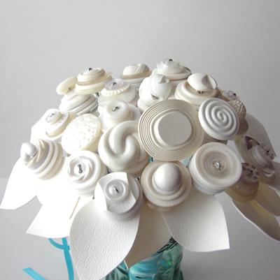 Цветы и букеты из пуговиц.  Идеи и мастер-класс. http://myhandmade.org.ua/originalnye-cvety-iz-pugovic# more-590.
