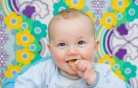 Ребенок ест (200x128, 27Kb)