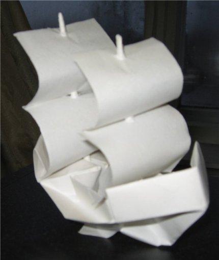 корабликом из бумаги.