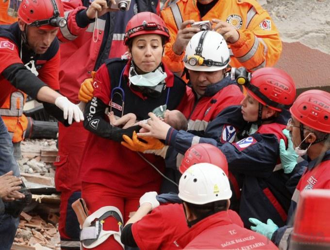 Турция Азру Карадуман удалось спасти из под завалов здания землетрясение (680x516, 152Kb)