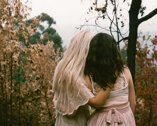 Фото девушки подруги блондинка и брюнетка 2 фотография