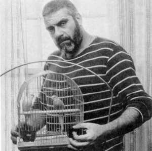 Довлатов с попугаем в клетке (300x298, 11Kb)