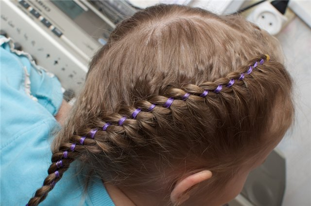 Освоила новый вид плетения кос :blush: , кому интересно напишу как это делать.  Плетение из ТРЕХ прядей плюс...