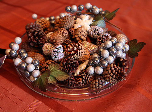 Начните собирать сосновые шишки, каштаны, веточки из леса сейчас и к новому году вы сможете сделать из них...