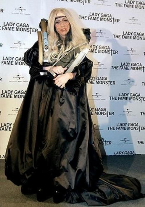 Леди Гага и её необычные костюмы