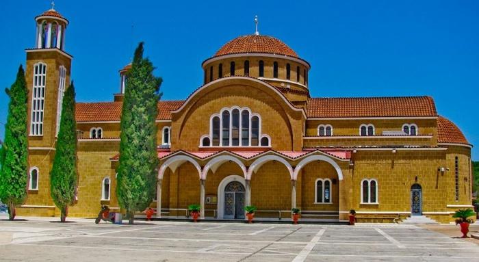 800px-Церковь_в_Паралимни,_Кипр (700x383, 112Kb)
