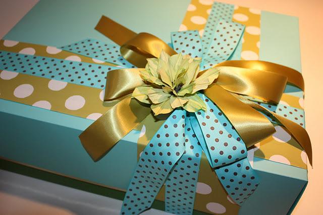 Упаковать большую коробку подарок