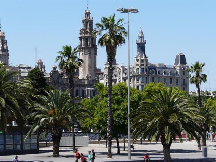 800px-Памятники_Барселоны,_Испания (700x525, 162Kb)