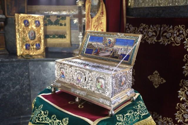Решено продлить пребывание пояса Богородицы в России