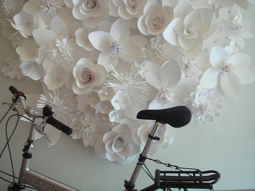 Цветы из бумаги на стену своими руками видео
