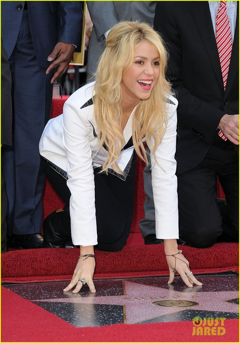 shakira-hollywood-walk-fame-14 (489x700, 99Kb)