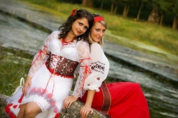 Фото девушек в прозрачном и каротком платье.