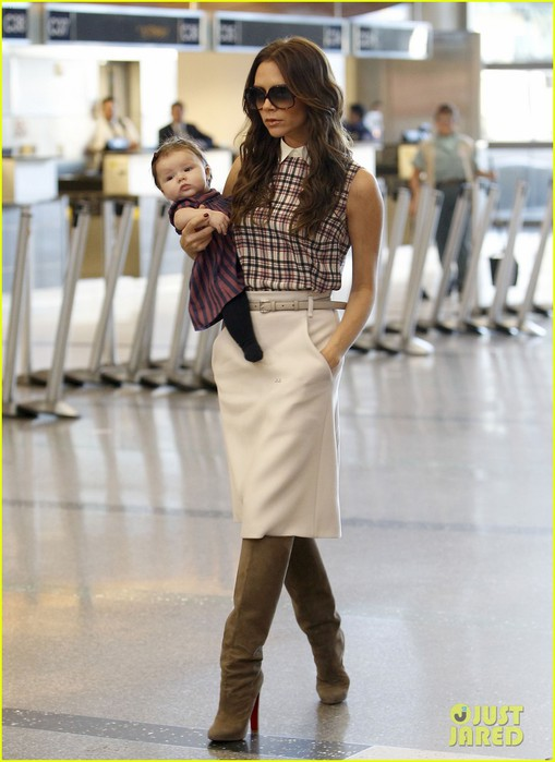 victoria-beckham-leaves-lax-with-harper-05 (509x700, 77Kb)