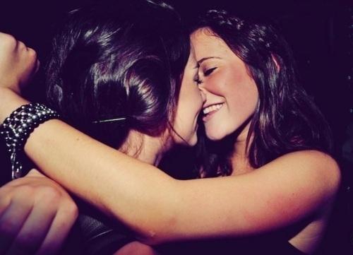 поцелуй двух девушек