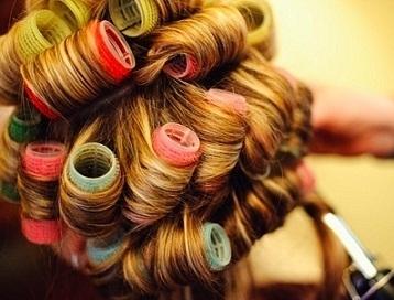 Маленькие бигуди больше подойдёт для волос средней длины или коротких, и позволят получить частые локоны.