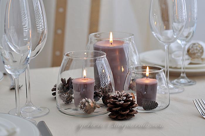 Банки со свечами и будут центральной композицией стола.