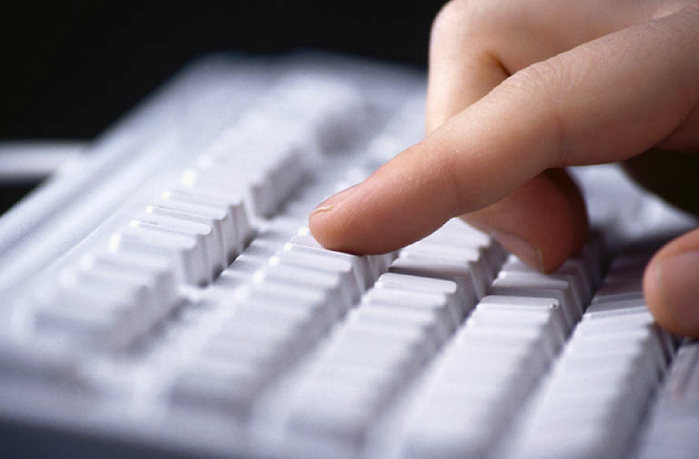 hands typing on key board 0005 (700x459, 39Kb)