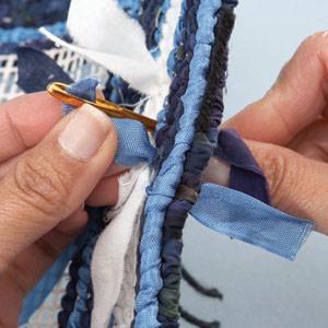 Подставка handmade. Вышивка лентами на пластиковой канве и кафельная плитка (1)