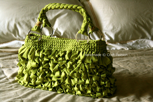 loop-green-bag-on-bed (588x392, 126Kb)