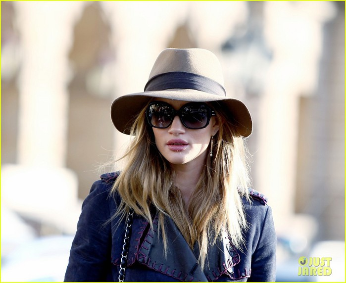 rosie-huntington-whiteley-paris-train-station-03 (700x572, 78Kb)
