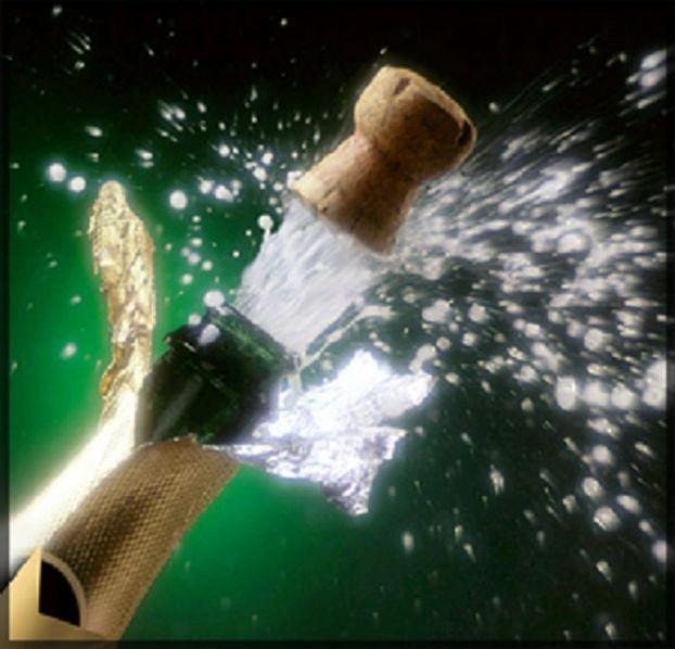 Сосет и пьет шампанское 11 фотография