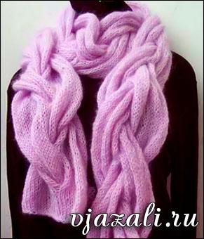 Розовый шарф косами из мохера вязаный спицами.