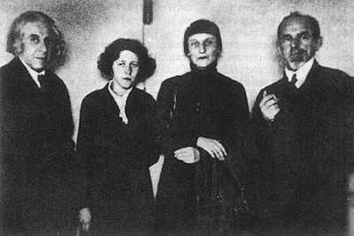 Слева направо-Георгий Чулков, Мария Петровых, Анна Ахматова и Осип Мандельштам.Фото 1930-х годов (400x267, 22Kb)