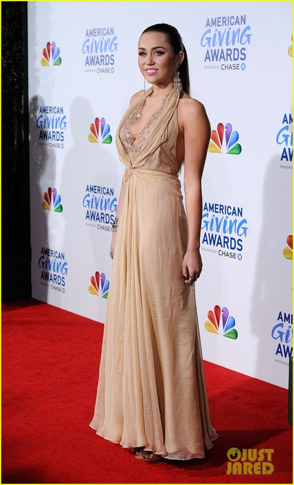 miley-cyrus-american-giving-awards-2011-11 (425x700, 77Kb)