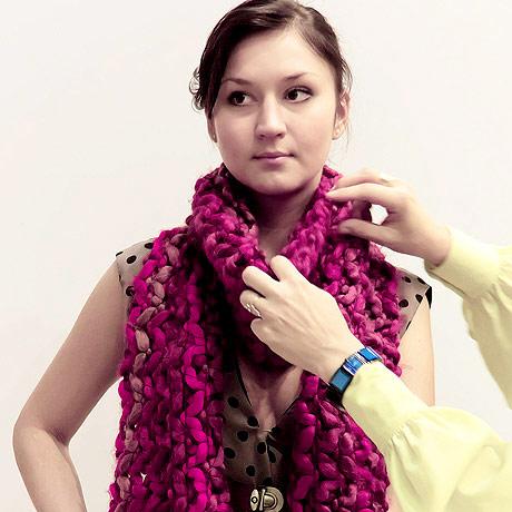 Шаг 1. Берем длинный и широкий шарф и складываем его в узкую полоску.  Накидываем шарф на шею так...