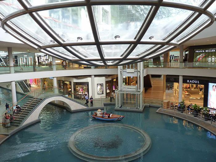 800px-Marina_Bay_Sands_mall (700x525, 91Kb)