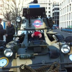 Лондон - оккупанты на танке (234x234, 16Kb)